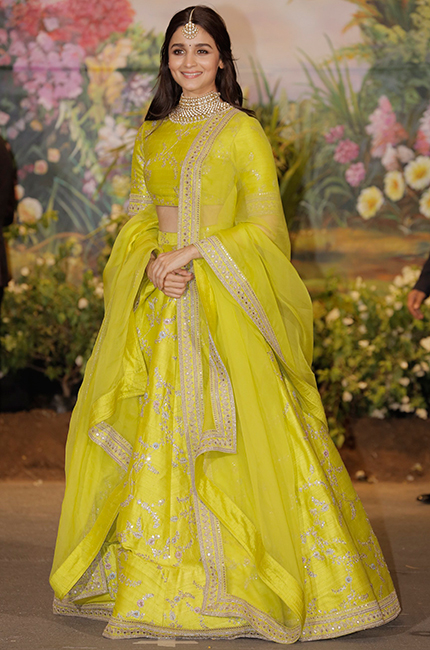 Alia-Bhatt-in-Sabyasachi-at-Sonam-Kapoor-and-Anand-Ahujas-wedding-reception-in-Mumbai